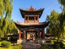 修建凤鸣学院亭子的中国古典庭院 库存照片