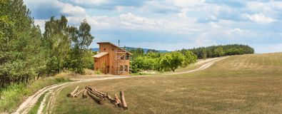 修建在家庭房子的森林建筑的附近一个温室全景  木材建筑 库存照片