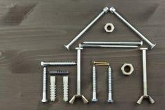 修建家庭的一个房子 需要为修造 大厦组分 螺丝和工具为修造 免版税图库摄影