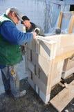 修建房子的两位德国瓦工 免版税库存照片