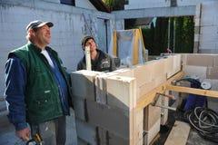 修建房子的两位德国瓦工 免版税库存图片