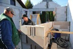 修建房子的两位德国瓦工 库存图片