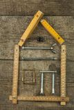 修建房子的计划 背景土气木 为建造者的工具 设计一个年轻家庭的建筑师一个房子 免版税库存图片