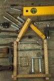 修建房子的计划 背景土气木 为建造者的工具 设计一个年轻家庭的建筑师一个房子 库存图片