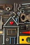 修建房子的计划 背景土气木 为建造者的工具 设计一个年轻家庭的建筑师一个房子 免版税库存照片