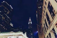 修建曼哈顿,纽约的克莱斯勒在夜之前 免版税图库摄影