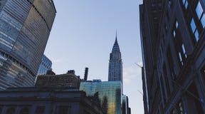 修建曼哈顿,黄昏的纽约的克莱斯勒 库存照片