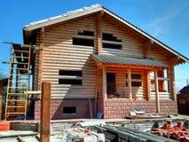 修建木日志房子反对蓝天的 图库摄影