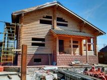 修建木日志房子反对蓝天的 库存照片