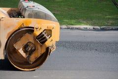 修建路的压路机 免版税库存照片