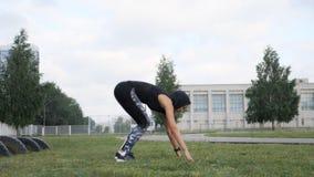 俯卧撑或新闻由少妇上升锻炼 解决在草crossfit力量训练的女孩在体育场 股票录像