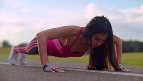 俯卧撑执行 增加妇女 推挤在路的亚裔妇女特写镜头 股票视频