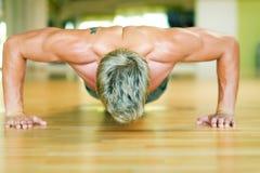 俯卧撑锻炼 免版税库存照片