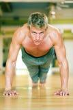 俯卧撑锻炼 免版税库存图片