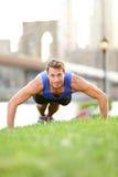 俯卧撑-人训练在纽约城,布鲁克林 免版税库存图片