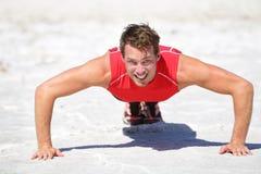 俯卧撑-健身训练人的crossfit户外 免版税库存图片