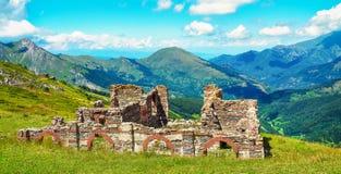俯视一个美丽的谷的战争废墟 库存图片