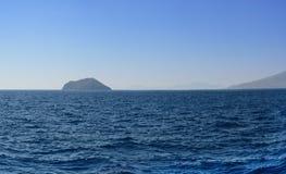 俯视下座海岛和山的爱琴海的全景在衰落以后的夏天晚上 它从四被缝合 库存照片