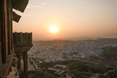 俯视乔德普尔城的Mehrangarh堡垒Silhoette在日落 免版税图库摄影