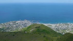 俯视从面对天蓝色的蓝色风平浪静,全景的山上面的沿海城市 股票视频