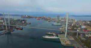 俯视俄国桥梁的都市风景的鸟瞰图 股票视频