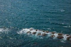 俯视全景风景摇滚小组豆腐岩石的湾里区,新北市,台湾Yehliu Geopark片面的小山 免版税库存照片