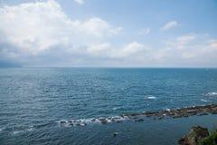 俯视全景风景摇滚小组豆腐岩石的湾里区,新北市,台湾Yehliu Geopark片面的小山 图库摄影