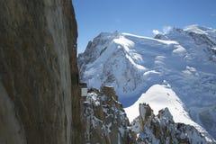俯视勃朗峰山的勃朗峰大阳台在Aiguille du密地的山上面驻地 免版税库存图片