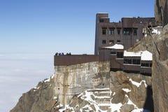 俯视勃朗峰断层块的夏慕尼大阳台在南针峰的山上面驻地在法国阿尔卑斯 免版税库存照片