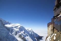 俯视勃朗峰断层块的夏慕尼大阳台在南针峰的山上面驻地用法语Apls 免版税库存照片