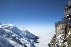 俯视勃朗峰断层块的夏慕尼大阳台在Aiguille du密地的山上面驻地用法语Apls 免版税库存图片