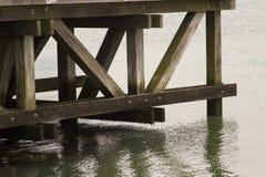俯视南安普敦水的观察平台码头的复杂支撑梁结构在Hythe在s的汉普郡 库存图片