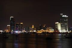 俯视厦门的夜全景 免版税库存图片