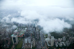 俯视台北101塔的云彩在国王的台北 库存图片