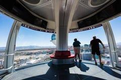 俯视在云霄飞车弗累斯大转轮的游人拉斯韦加斯大道 库存图片