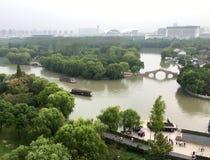 俯视在河、桥梁和小船 库存照片