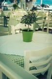 俯视地中海(希腊)的大阳台的传统希腊室外餐馆 免版税图库摄影