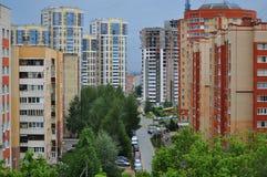 俯视多层的五颜六色的房子的城市地平线 库存照片