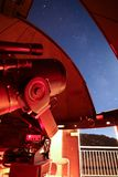 俯视夜空的望远镜观测所 免版税库存图片