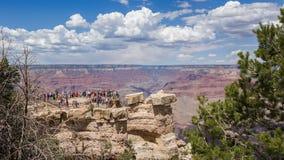 俯视大峡谷的人们 免版税库存照片