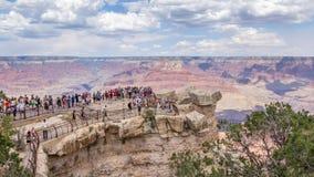 俯视大峡谷的人们 库存照片