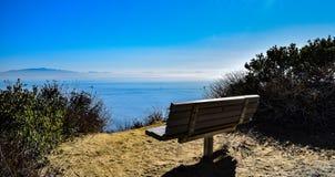 俯视太平洋的长凳 库存图片
