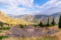 俯视山的古希腊特尔斐圆形露天剧场 免版税库存图片