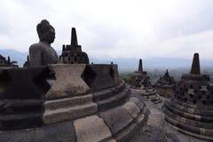 俯视山的婆罗浮屠stupas 马格朗 中爪哇省 印度尼西亚 库存照片