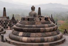 俯视山的菩萨雕象 Borobudur寺庙 马格朗 中爪哇省 印度尼西亚 库存照片
