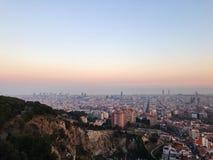 俯视巴塞罗那的美好的日落视图 免版税库存照片
