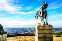 俯视市开普敦的塞西尔・罗兹雕象 库存图片