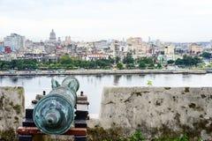 俯视弄脏的城市的老古色古香的大炮 库存图片