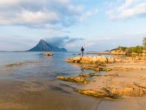 俯视撒丁岛的伊索拉Tavara海岛的美丽的浅大海海湾 免版税库存照片