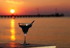 俯视日落海洋的热带鸡尾酒 免版税库存照片